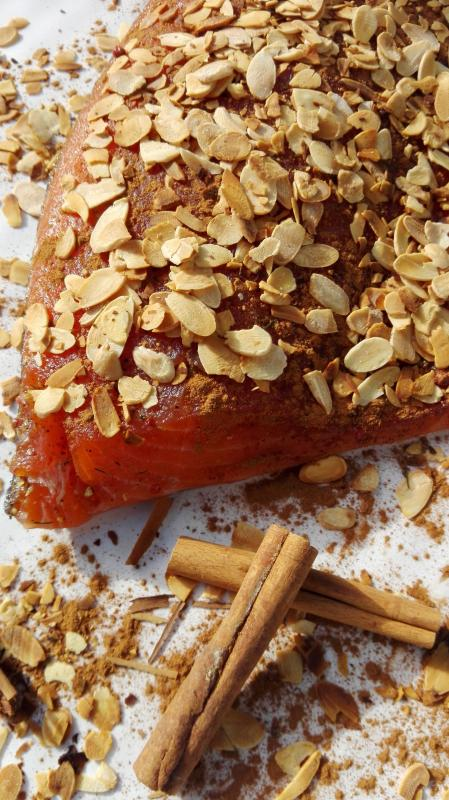 Salmon marinated with cinnamon and roasted almonds