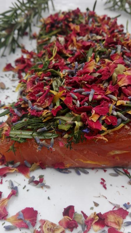 Salmon marinated with rosemary, dill and rose / lavender