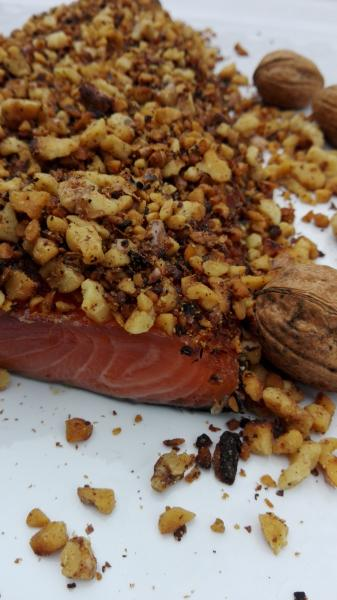 Salmon marinated with roasted walnuts