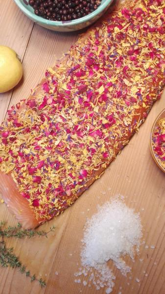 Salmon marinated with blossom mixture